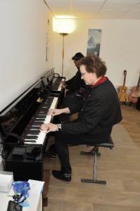 Marjan achter piano